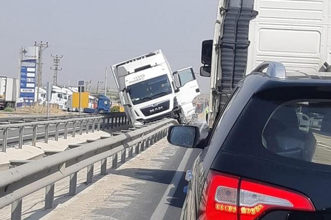 Nusaybin'de direksiyon hakimiyetini kaybeden sürücü orta refüj bariyerlerine çarptı