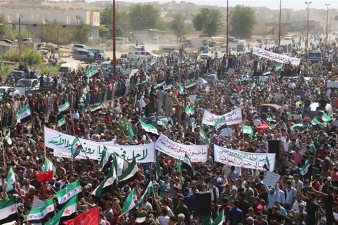 Bi hezaran Îdlîbî ji bo rejîma Sûrîyê û Rûsyayê protesto bikin daketin kolanan