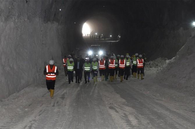 Hasankeyf tünelinin çift yönlü tünellerden birinin ucu açıldı