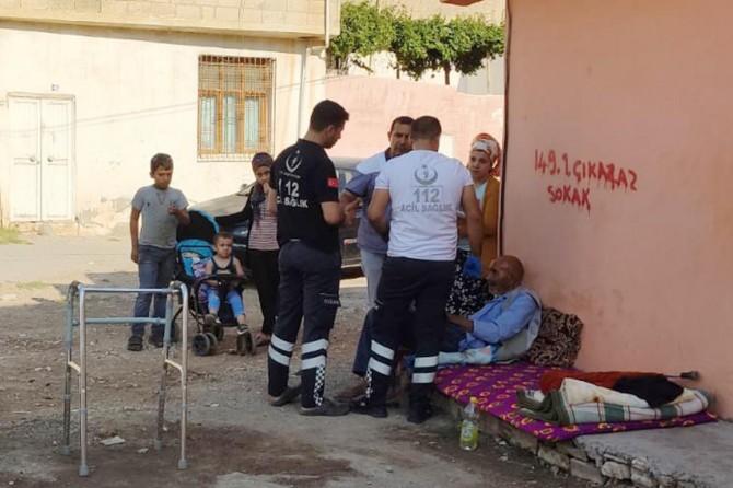 Yaşlı ve hasta adam kendisine uzanacak yardım eli bekliyor