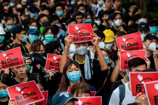 Hong Kong yönetimi Çin'e iade yasasını geri çekiyor