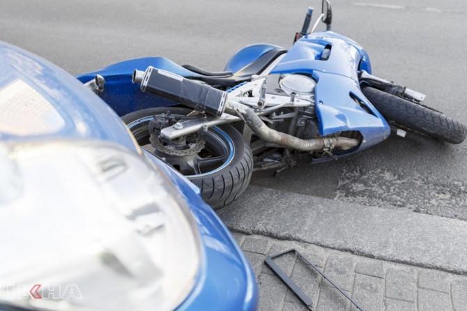 Batman'da otomobil motosiklete çarpıp kaçtı
