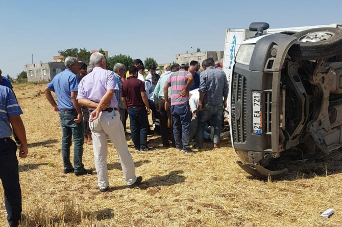 Diyarbakır'da tekerleği fırlayan kamyonet tarlaya yuvarlandı: 2 yaralı