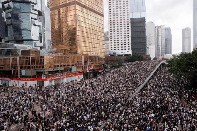 Tasarı çekilmesine rağmen Hong Konglu göstericiler alanlardan çekilmedi