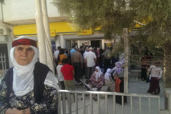 Nusaybin PTT'de maaş kuyruğu dışarıya kadar uzadı