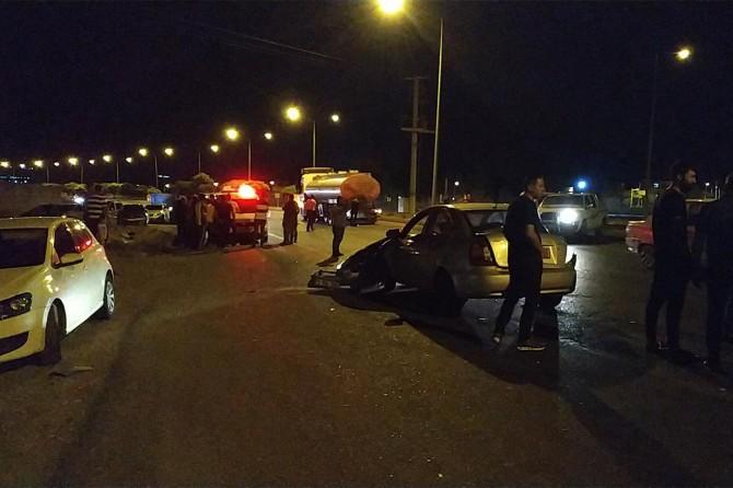 Otomobil TIR'a çarptı: 3 yaralı