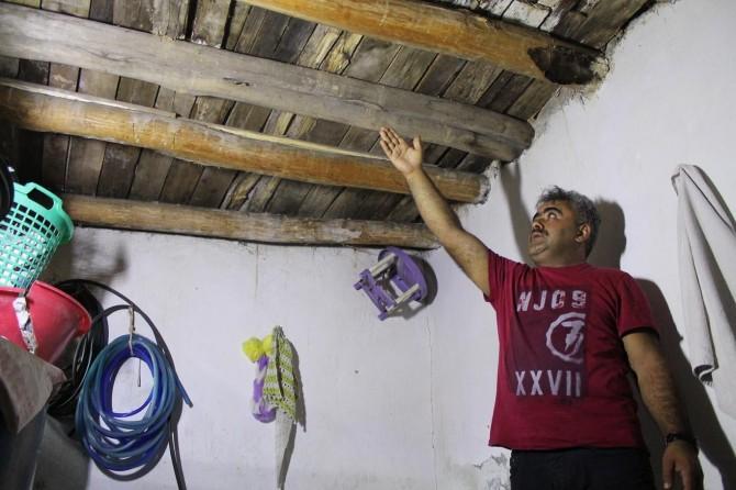 Şırnak'ta kerpiç ev üzerlerine yıkılacak korkusuyla yaşıyorlar