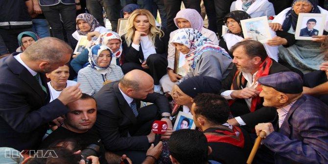 Bakan Soylu oturma eylemi yapan aileleri ziyaret etti