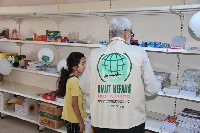 Adana Umut Kervanından öğrencilere kırtasiye yardımı
