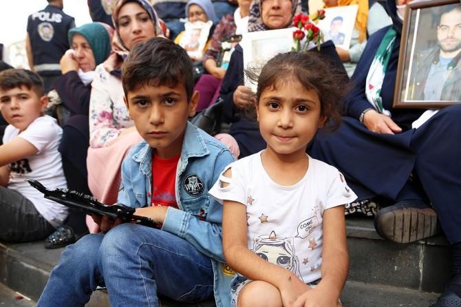 Çocuklar anneleriyle oturma eylemine katıldı