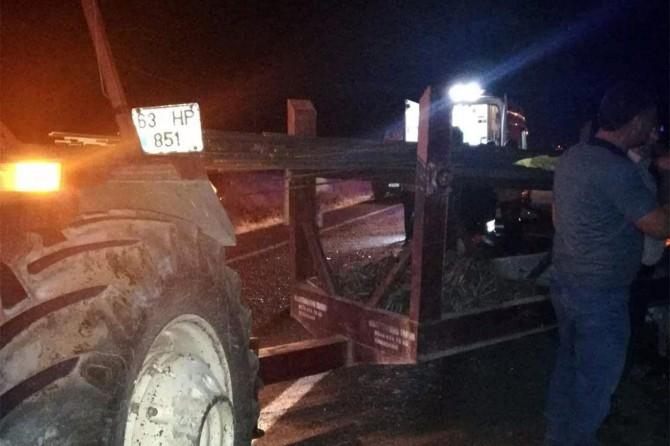 Viranşehir'de otomobil traktöre çarptı: 5 yaralı