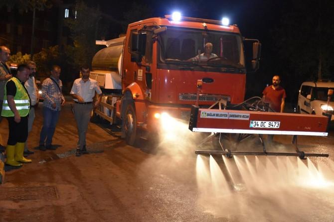 Sokaklar deterjanla temizleniyor