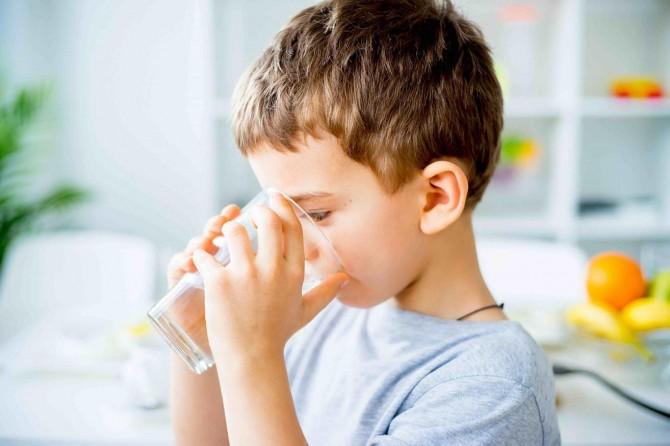 İshal olan çocuğa bol su içirilmeli