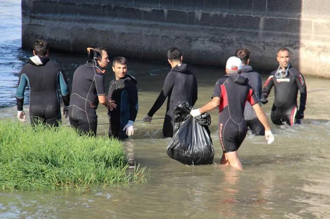 Dalgıçlar Dicle Nehri'ne Sıfır Atık dalışı yaptı