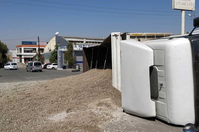 Kum yüklü kamyon ile otomobil çarpıştı: Bir yaralı