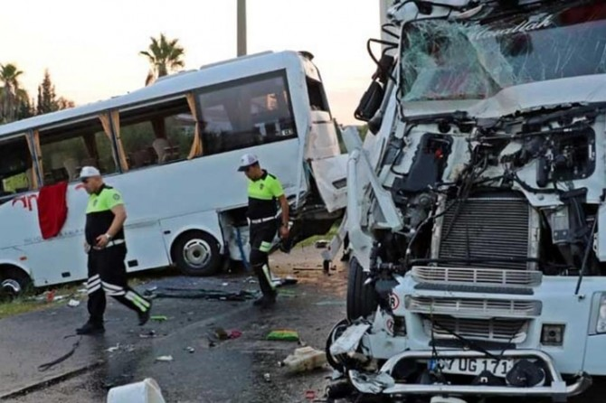 Antalya Rus turistleri taşıyan otobüs kaza yaptı: 15 yaralı