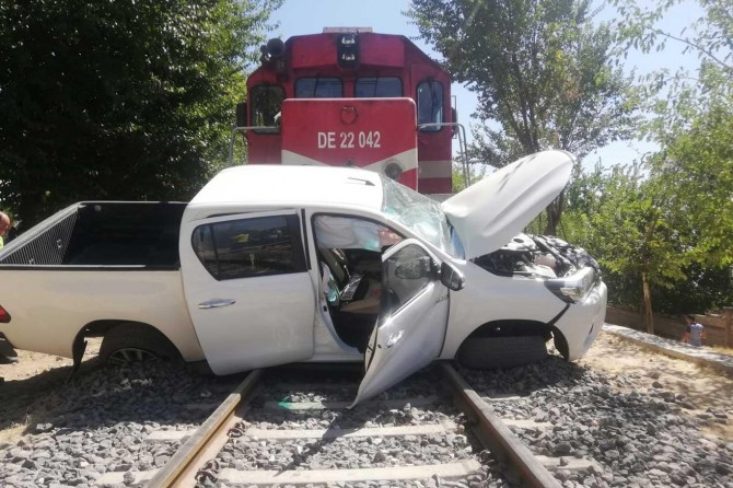 Batman'da yolcu treni pikaba çarptı: 1'i ağır 2 yaralı