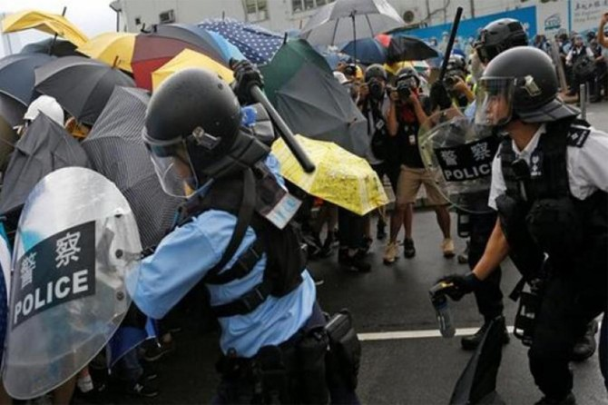 Hong Kong'da bir protestocu silahla vuruldu