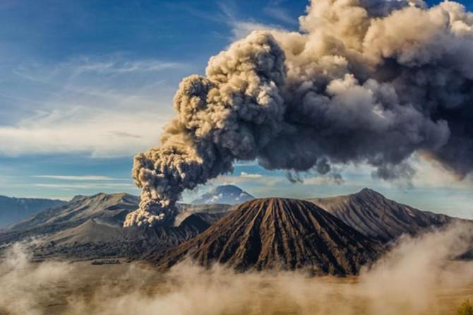 Şiveluç yanardağı 10 km yüksekliğe kül püskürttü