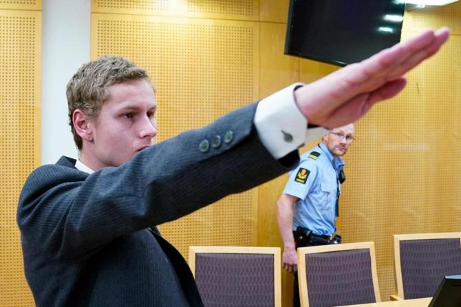 Cami saldırganı teröristten mahkemede Nazi selamı