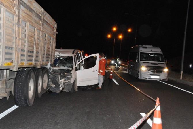 Araç kamyona çarptı: 3 ölü