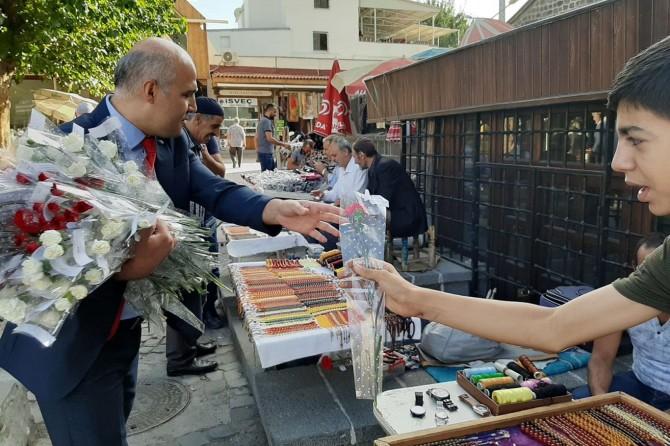 Camiler ve Din Görevlileri Haftası nedeniyle gül dağıtıldı