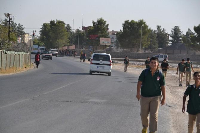 Kaldırımı olmayan yol, öğrenciler için tehlike arz ediyor