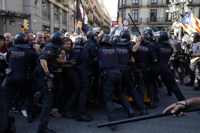 İspanya'da ayrılıkçılar polisle çatışıyor: 400 yaralı