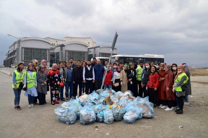 Yeşilay gönüllüleri hastane çevresini temizlediler