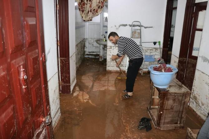 Ev ve işyerleri çamur deryasına döndü