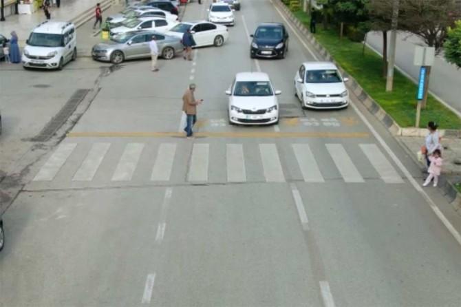 Yayalara yol vermeyen 23 sürücüye para cezası