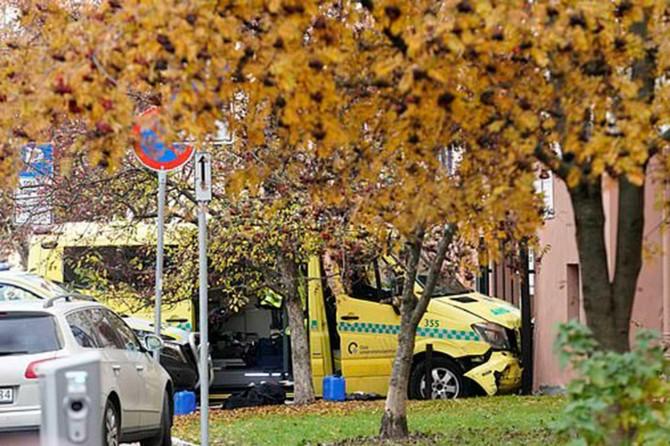 Norveç'te bir kişi ambulansla yayalara çarptı