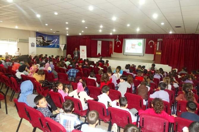 Tillo'da öğrencilere hijyen, israf ve etiket okuma eğitimi