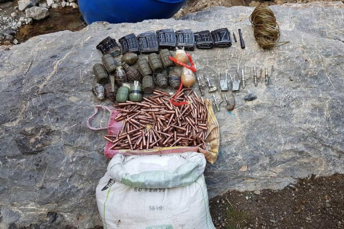 Başkale'de PKK'ye ait 15 adet el bombası ele geçirildi