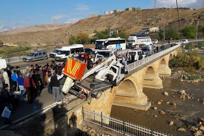 Siirt-Kurtalan yolunda DEDAŞ ekibi kaza yaptı: 1'i ağır 2 yaralı