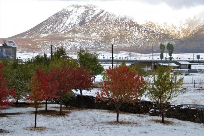 Bitlis'te kar yağışı kartpostallık görüntüler oluşturdu