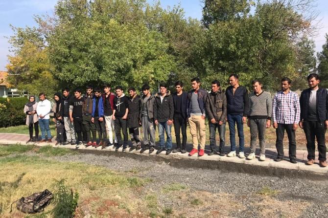 Çınar'da yol kontrolünde mültecileri bırakarak kaçtı