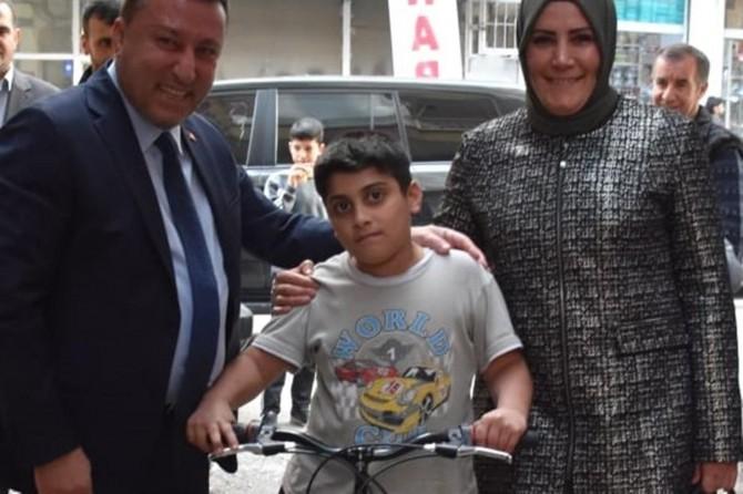 Bağlar Belediyesi, fidan diken öğrencilere bisiklet hediye etti