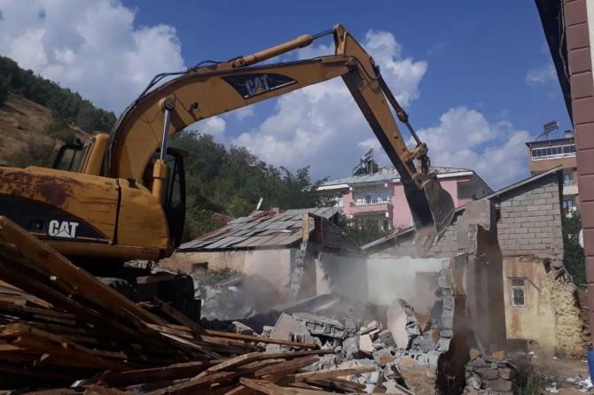 Bingöl Belediyesi kaçak ve metruk yapıları yıkıyor