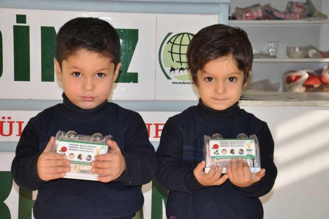 Minik ikizler harçlıklarını yetimlere bağışladı
