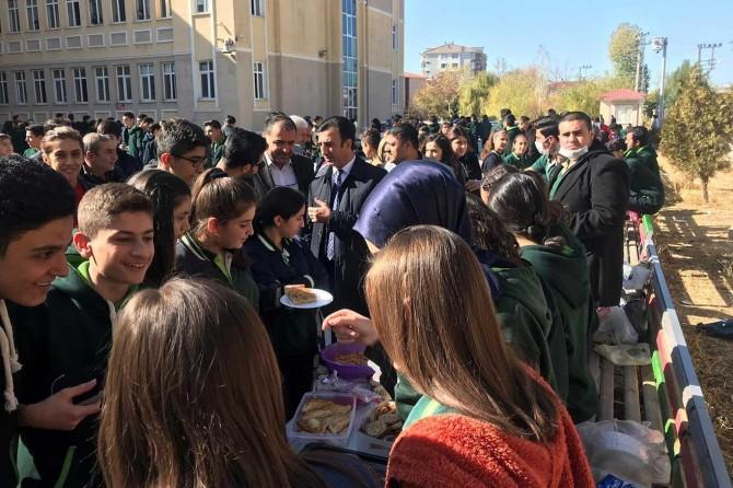 Van pekyolu'nda öğrencilerden lösemi hastası çocuklar yararına kermes