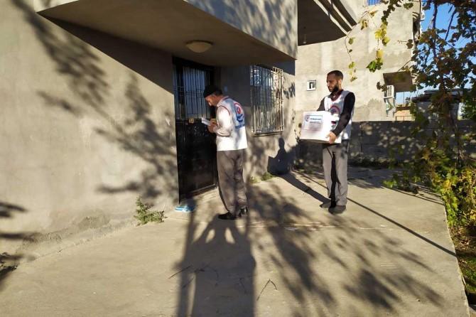 Yetimler Vakfı Bismil'de gıda kolisi dağıttı