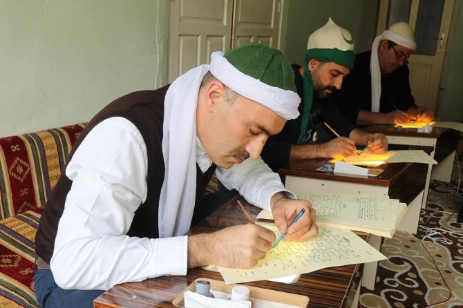 Risaleleri Osmanlıca yazarak gelecek nesillere aktarmak istiyorlar