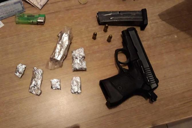 Ahlat'ta kaçmaya çalışan araçtan uyuşturucu ve silah çıktı