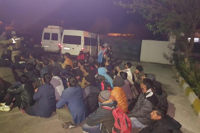 Diyarbakır'da düzensiz göçmenleri yol kenarına bırakıp kaçtılar