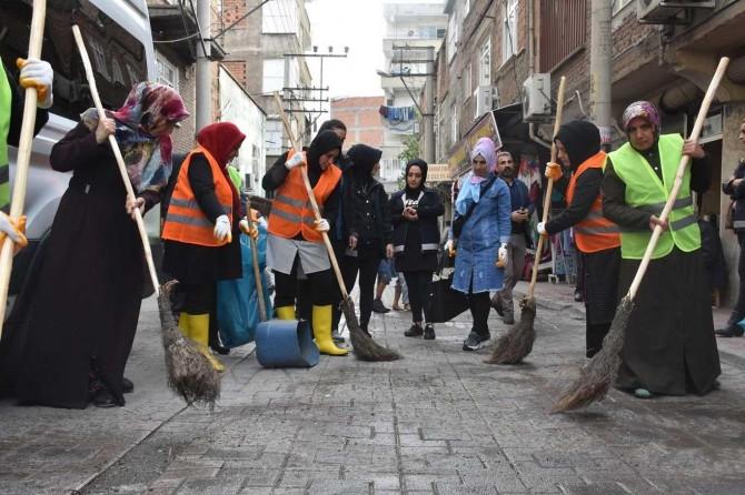 Belediyenin kadın çalışanları sokaklarda temizlik çalışması yaptı
