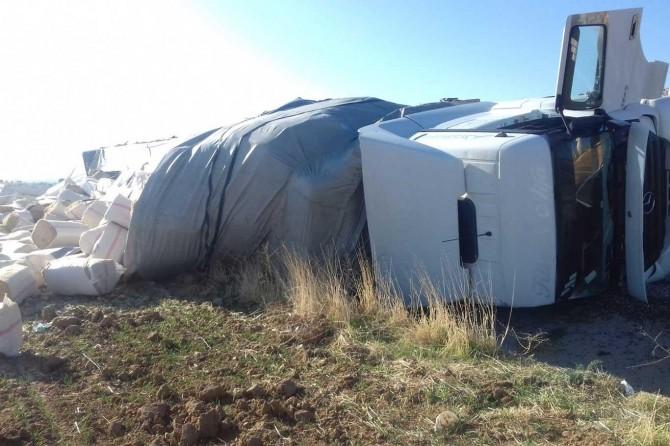 Kovancılar'da saman yüklü TIR devrildi: 1 yaralı