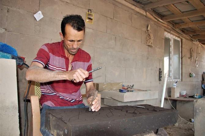 Ahlatlı taş ustaları taşlara motifler nakşederek ekmeklerini kazanıyorlar