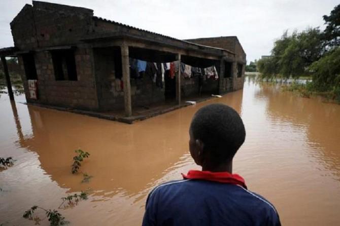 Nijerya'daki sellerde on binlerce kişi evlerini terk etti
