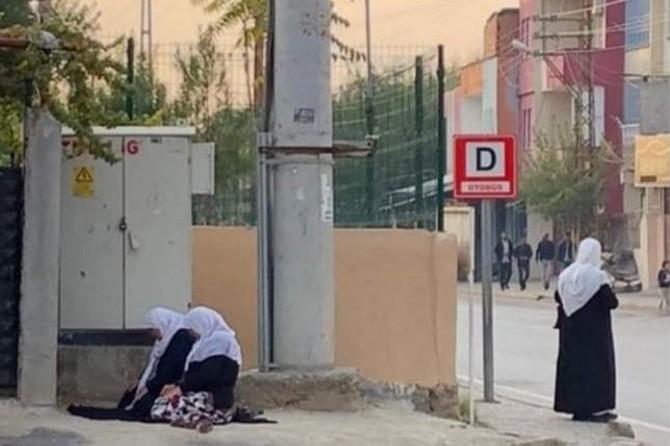 Batman'da vaktin çıkmasından endişe eden 2 kadın namazlarını yol kenarında eda etti